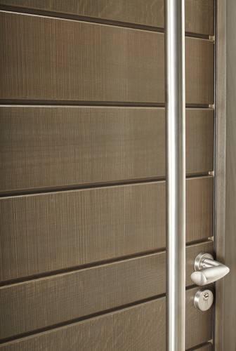 Une superbe porte d 39 entr e sur mesure en bois mod le for Porte de garage bel m